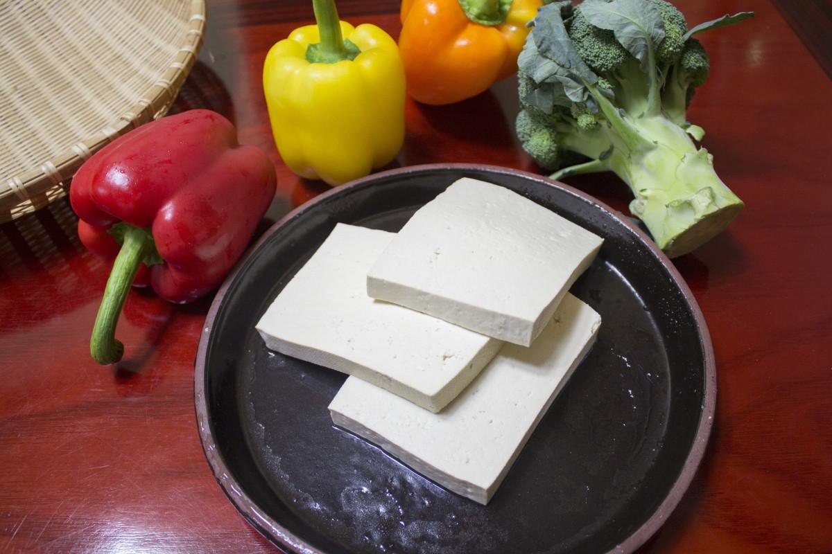 Piatti vegani con tofu: ecco la parmigiana di patate!